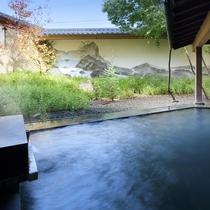 ◇庭樹の湯。庭園と、山並みが描かれた壁画の露天風呂。