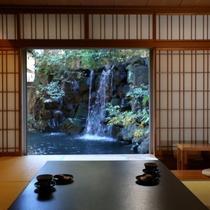 ◇標準客室・10畳。中庭と池をご覧いただけます。