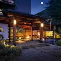 ◇名月が照らす、夕暮れの玄関。