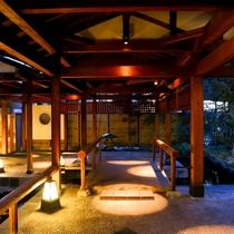 ◇純和風造りの玄関を、灯りが照らします。