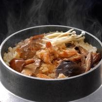 ◇自慢のきのこ釜飯。目の前で炊き上がるその香りとともに、お召し上がりください。