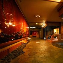 太鼓橋を渡って大浴場へ・・・夜は昼間と違った雰囲気をお楽しみ頂けます。