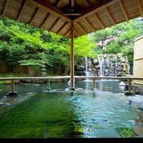 ◇聴瀧の湯。池に浮かぶ殿方露天風呂。眼前を滝が流れる、風情感じる露天です。