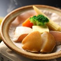 ◇アワビの陶板焼き。生でも食べられるアワビを、贅沢に陶板焼きでどうぞ。