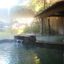 ◇須磨子の湯。豊富な湯量の内風呂。日本庭園を望みながら。