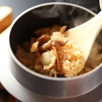 ◇季節の釜飯。信州中野産のきのこをふんだんに使用しております。