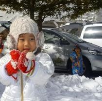 ペンションの目の前で雪遊び♪