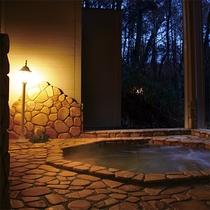 夜の貸切風呂はロマンチックなムード