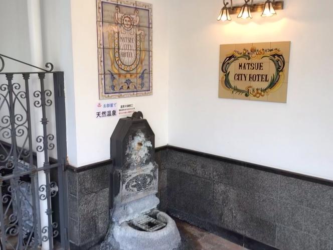 当館は大浴場ではなく各お部屋のバスタブに天然温泉を引いていますので衛生的です!いつでも気兼ねなく♪