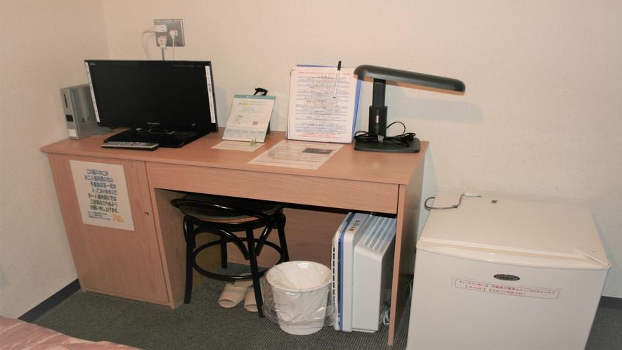 シングルルーム(セミダブルベッド)のお部屋の机まわり