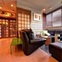 *ロビー/ホテル到着時は広々ソファでほっと一息。