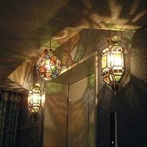 ■各階のエレベーターもスペイン特注のステンドグラスの照明です■