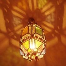■お部屋の照明もスペイン特注のステンドグラス■