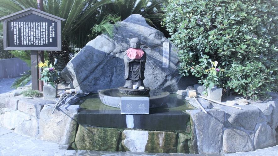 松江しんじ湖温泉湯元に建立されている「お湯かけ地蔵尊」