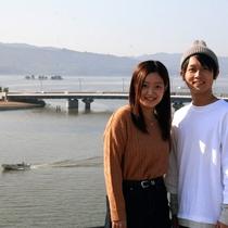 宍道湖に浮かぶ嫁が島や朝の湖面のしじみ船の風景は水都松江ならではの楽しい旅のスタートになさって下さい