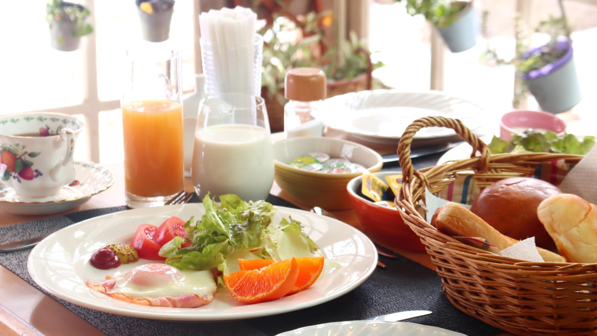 地元の食材を使用した洋朝食です。パン・コーヒー・紅茶はおかわり自由です♪
