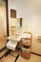 お部屋の洗面所とシャワールーム