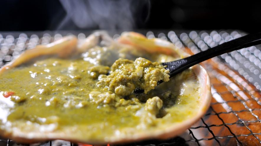 【蟹味噌】炭火で焼き上げた濃厚な蟹味噌の味わいは格別です。