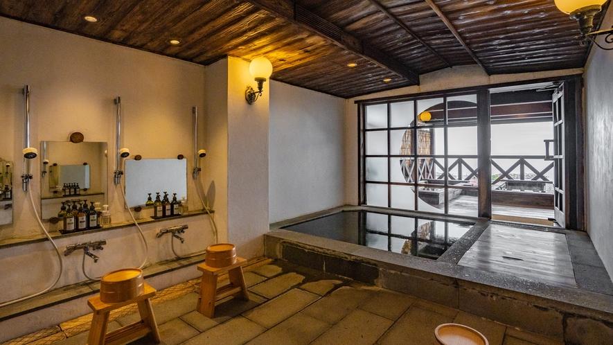 【展望露天風呂】夏は漁船の漁火、冬は雪景色。四季折々の表情を見せる日本海の魅力を満喫してください。