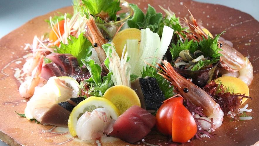 【お造り】当館では間人漁港から水揚げされる日本海の新鮮で旨味の強い旬のお造りをお愉しみ頂けます。