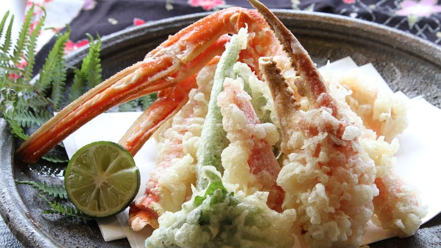 【蟹の天ぷら】肉厚で食べ応えのあるかに天ぷら。蟹の旨みと甘さをあつあつで味える。