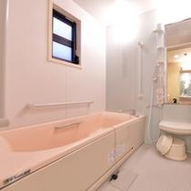 バリアフリー和室のお風呂(一例)。洗い場広々&手すりが充実したお風呂。