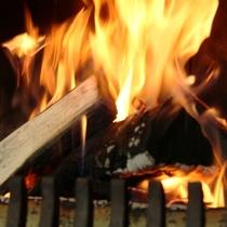 冬季は暖炉でぬくぬく♪