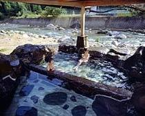 渓流沿いの露天風呂