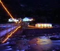 吊り橋を渡るとプールやコテージ