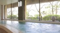 【大浴場】宇治川に面した大浴場からは四季折々の景色をご覧いただけます
