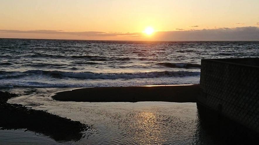 夕陽の名所「サンセットビーチ」は徒歩2~3分ほど。お散歩にどうぞ。