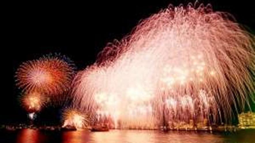 目の前で大輪の花火があがり迫力満点! 夏の風物詩 土肥温泉大花火大会