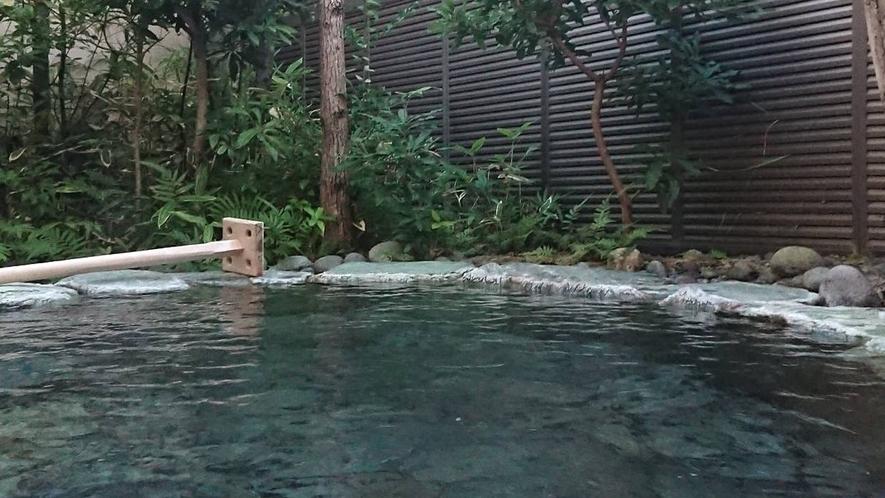 大浴場にある露天風呂。効能豊かな温泉に身をゆだね、手足を伸ばしてのんびり・・・