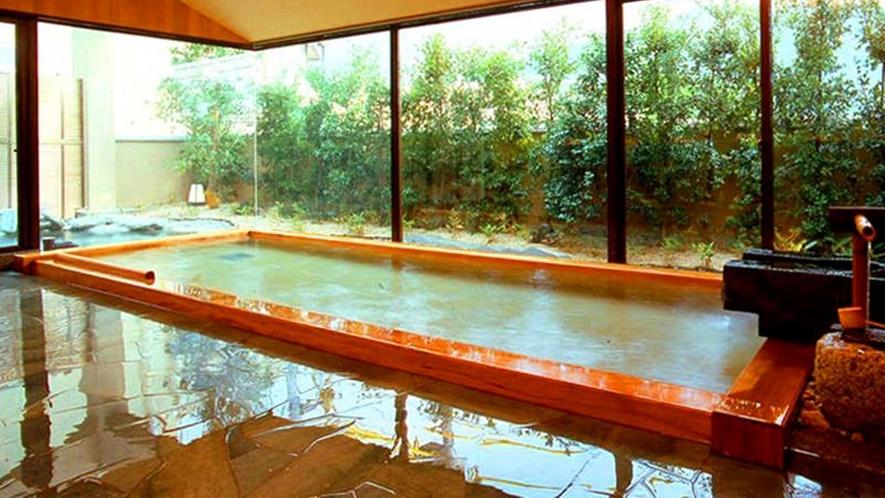 【温泉】男女別大浴場。効能豊かな源泉を直接引き入れているので、新鮮な温泉が堪能できる
