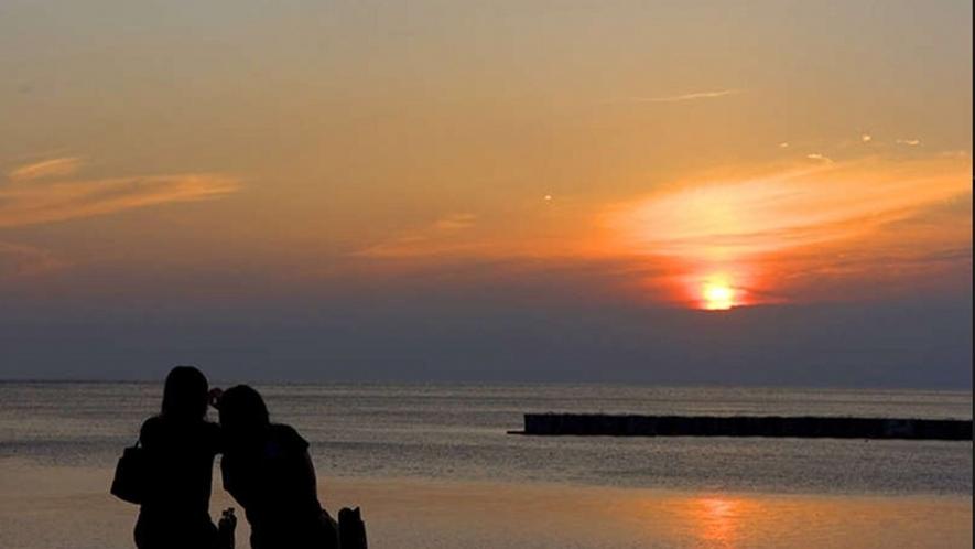 富士山と夕日の名所「恋人岬」へは車で5分