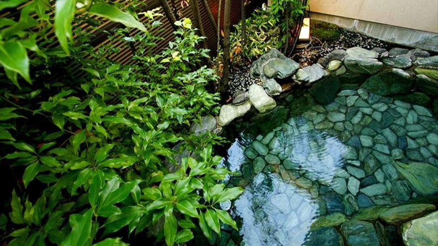 【温泉】男女別大浴場にある露天風呂。自然を感じながらの湯浴みは格別