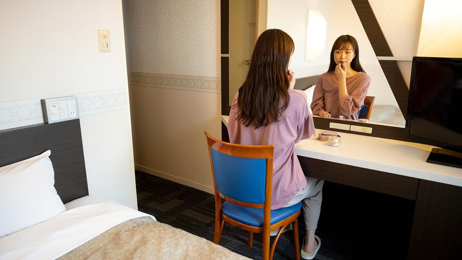 【ご滞在イメージ】 全てのお部屋には大きな鏡がございます。旅のお支度にご利用ください♪