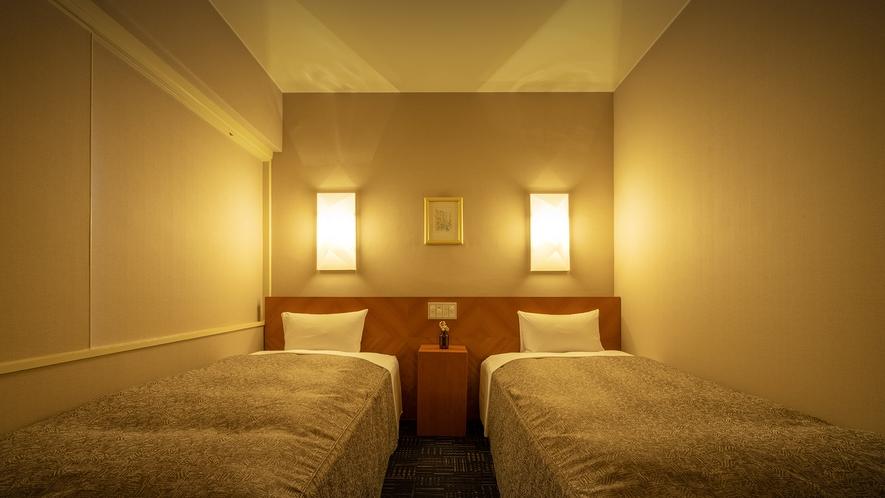 【本館/スタンダード・ツイン[角部屋確約]】 暖光が広がる穏やかな空間で、旅の疲れを癒してくれます。