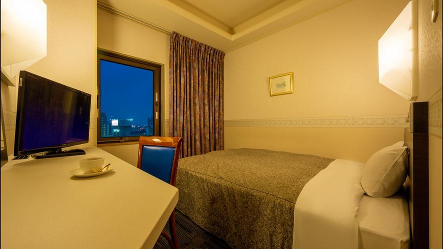 【別館/コンフォート・セミダブル】 広いデスクとベッドを備えた快適空間。ビジネスや観光にもおススメ。