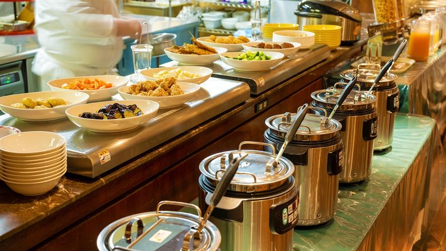 【朝食ビッフェ/レストランイメージ】 県産食材のビッフェと、シェフ特製の5種カレーをお愉しみ下さい♪