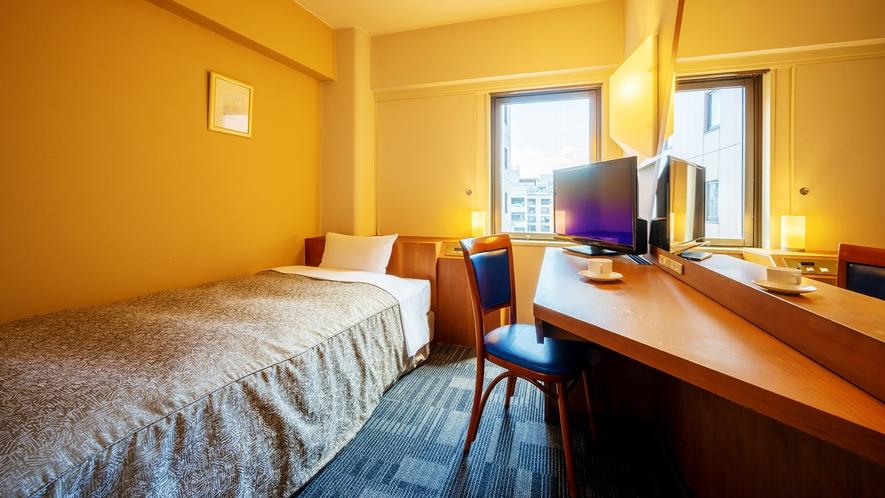 【本館/スタンダード・シングル】 広いデスクと電源が多いビジネス利用のお客様に適したお部屋。