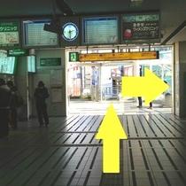 南改札口を出て左、切符売り場前を進み外のデッキへ出ます
