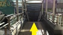 右手、階段を降ります。降りてすぐ正面に三井住友銀行が見えます