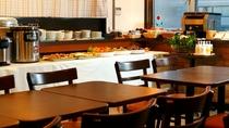 【朝食会場】アットホームな雰囲気の中で、ゆったりとした朝の時間をお過ごしください。