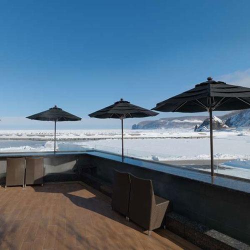 【流氷テラス】冬期の流氷テラス。その名のとおり流氷を眼前にながめながら足湯に。