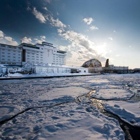 【外観】流氷に覆われたウトロ港越しに見る