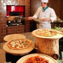 【夕食ブッフェ】専用石釜では一枚一枚丁寧にピザを焼き上げます。