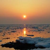 流氷の海に沈む夕陽。一生に一度は見ておきたい!
