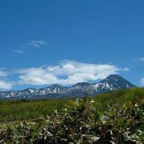 初夏、残雪と緑が美しい知床連山