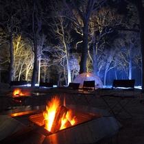 寒さを忘れ、たき火を囲んで夜の森を楽しむ「知床流氷フェス」。